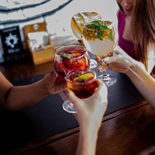 Restaurantes investem em happy hour com até 50% de desconto